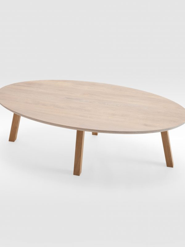 Ovalus kavos staliukas su medinėmis kojomis