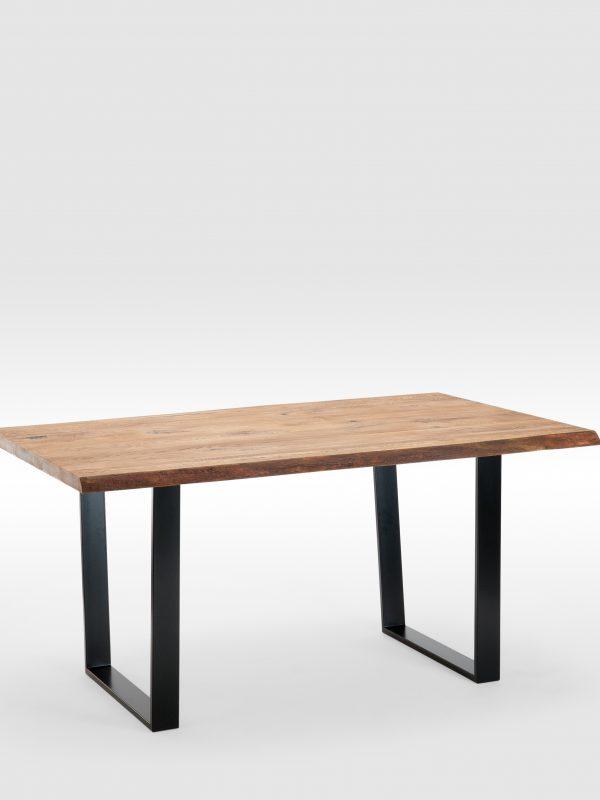 Rustic stiliaus valgomojo stalas su trapecijos formos kojomis