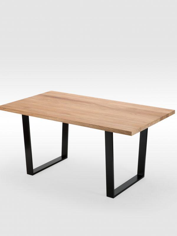 Ąžuolinis valgomojo stalas su trapecijos formos kojomis